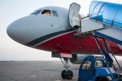 Frente del avión con la puerta abierta Fotografía de archivo libre de regalías