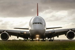 Frente del avión de pasajeros del jet de Airbus a380 encendido Foto de archivo