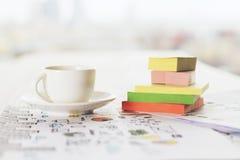 Frente del café y del primer de las etiquetas engomadas Imágenes de archivo libres de regalías