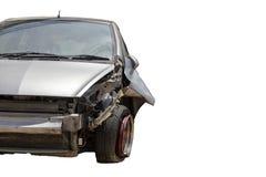 Frente del coche dañado y roto accidentalmente en el camino Fondo blanco con la trayectoria de recortes fotografía de archivo libre de regalías