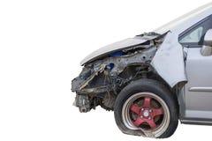 Frente del coche gris claro del color dañado y roto accidentalmente en el fondo blanco con la trayectoria cliping imagen de archivo