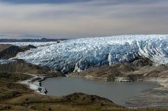 Frente del glaciar con hendiduras y una laguna del légamo, punto 660, Kangerlussuaq, Groenlandia fotos de archivo