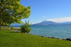 Frente del lago Garda en Sirmione, Lombardía, Italia imagenes de archivo