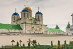 Frente del monasterio en Ostroh - Ucrania. Imagen de archivo