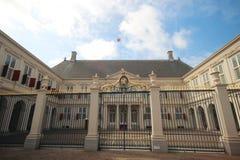 Frente del palacio de trabajo Noordeinde de rey Willem Alexander en Den Haag The Hague en los Países Bajos con la cresta fotos de archivo