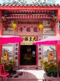 Frente del templo chino tailandés La lengua tailandesa y china en imagen es nombre del templo y cita sobre vida imagen de archivo libre de regalías