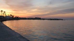 Frente marítima de nivelamento bonita com paisagem maravilhosa da cidade e do céu claro rippling do água e o colorido vídeos de arquivo