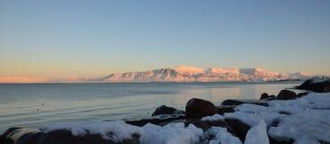 Frente marítima durante o nascer do sol em Reykjavik Fotografia de Stock Royalty Free