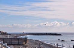 Frente marítima e praia na cidade de Bordighera em Itália imagens de stock