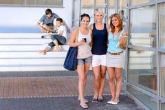 Frente sonriente de las amigas del estudiante de la universidad Fotografía de archivo libre de regalías