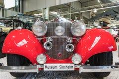 Frente y linternas del vintage Mercedes rojo fotografía de archivo libre de regalías