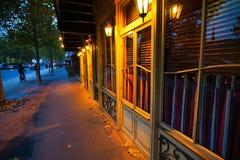 Frentes parisienses de la tienda en la oscuridad Fotos de archivo