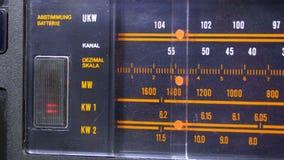 Frequência de rádio análoga de ajustamento do seletor na escala do receptor do vintage filme