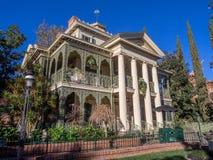 Frequentierte Villenfahrt an Disneyland-Park Stockfotos
