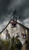 Frequentierter Stall mit den fliegenden Geistern und den dunklen Himmeln lizenzfreie stockbilder