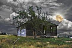 Frequentiertes Haus unter einem Vollmond Lizenzfreie Stockfotos