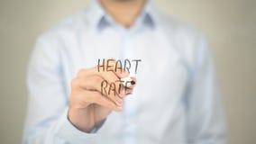 Frequenza cardiaca, scrittura dell'uomo sullo schermo trasparente Fotografia Stock Libera da Diritti