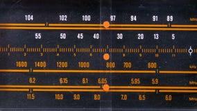 Frequenza radiofonica analogica di sintonia del quadrante sulla scala del ricevitore d'annata archivi video