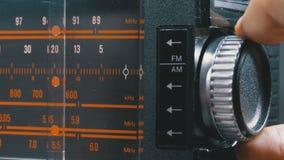 Frequenza radiofonica analogica di sintonia del quadrante sulla scala del ricevitore d'annata video d archivio