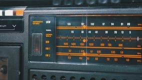 Frequenza radiofonica analogica di sintonia del quadrante sulla scala del ricevitore d'annata stock footage