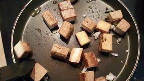 Freír el queso de soja caliente almacen de metraje de vídeo