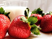 Fresa con el vidrio de cierre de la leche para arriba Imagen de archivo libre de regalías