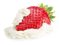 Fresa con la crema azotada aislada en un fondo blanco Fotografía de archivo