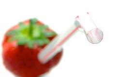 Fresa con la paja que ilustra una dieta sana Fotos de archivo libres de regalías