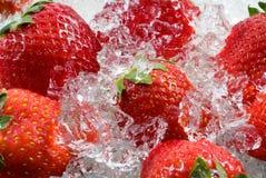 Fresa congelada en hielo imagen de archivo libre de regalías