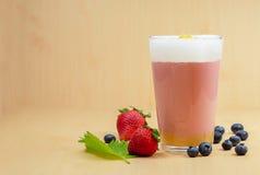 Fresa de los smoothies de la bebida fotos de archivo libres de regalías