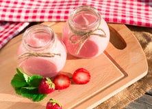 Fresa del verano de los smoothies de la bebida en la tabla de madera Imágenes de archivo libres de regalías
