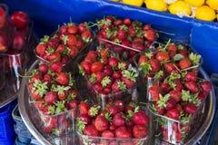 Fresa dulce en el bazar turco de la calle Fotos de archivo libres de regalías