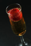 Fresa en champán contra fondo oscuro fotografía de archivo