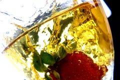 Fresa en chapoteo del vino blanco Imagen de archivo