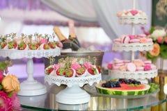 Fresa en dulces y champán del chocolate Fotografía de archivo libre de regalías