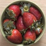 Fresa en el tazón de fuente Fotos de archivo