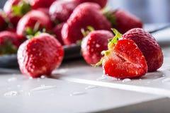 Fresa Fresa fresca Strewberry rojo Jugo de la fresa Fresas libremente puestas en diversas posiciones imágenes de archivo libres de regalías