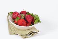 Fresa fresca en el cuenco aislado en blanco Fotografía de archivo libre de regalías