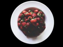 Fresa fresca en negro-aislado foto de archivo libre de regalías