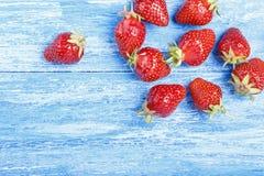 Fresa fresca madura en un fondo de madera rústico Fotos de archivo