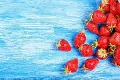 Fresa fresca madura en un fondo de madera rústico Fotos de archivo libres de regalías