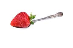 Fresa madura en una cuchara imagen de archivo