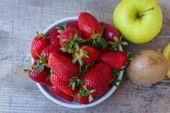 Fresa, manzana verde y fruta de kiwi como dulce maduro y fresco c Fotos de archivo libres de regalías