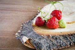 Fresa orgánica madura fresca en fondo de madera Estilo rústico fotos de archivo