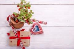 Fresa, regalo y corazón hecho a mano en el fondo de madera blanco Mime al ` s, tarjetas del día de San Valentín, concepto del día Fotografía de archivo