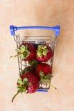 Fresa roja en una carretilla de las compras Imagen de archivo libre de regalías