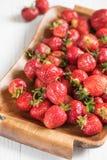 Fresa roja madura en una bandeja en un fondo blanco para los breakfas Foto de archivo libre de regalías