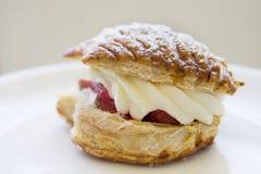 _ fresa y azotar poner crema torta Foto de archivo libre de regalías