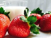 Fresa y vidrio de leche Imagen de archivo