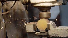 Fresadora en una empresa industrial Cortadores del primer almacen de metraje de vídeo